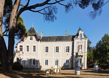 Voyage sur-mesure, Château dans un domaine viticole face à la Loire