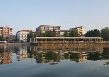 Voyage sur-mesure, Hôtel face au lac